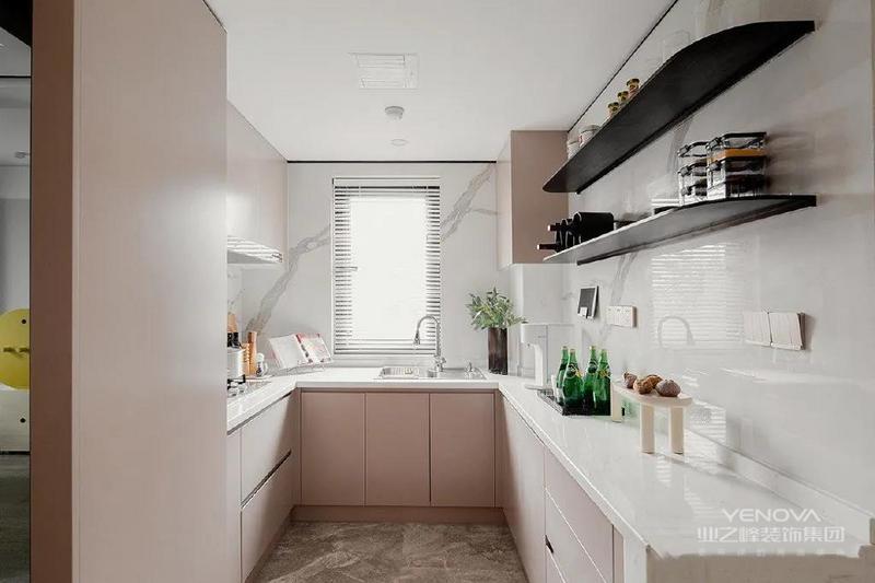 厨房是U型的,橱柜与墙面的配色高雅柔和,将厨房区域衬托得明亮而洁净。厨房侧面还嵌入了一个酒柜,增加了实用性与品质感。