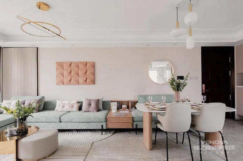 客餐厅是一体的,中间没有隔断,整体效果和谐统一。客餐厅家具的风格是统一的,莫兰迪配色+轻奢风设计,有颜值、有格调、有质感。