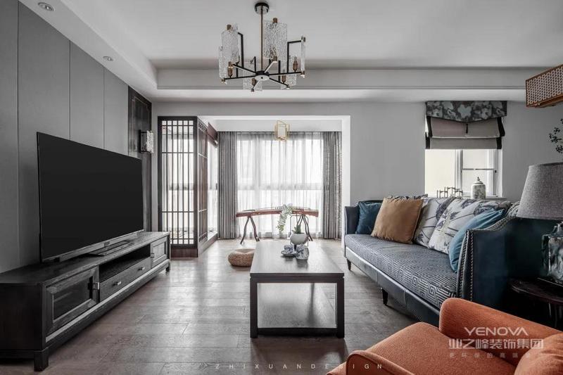 客厅空间在色调上放弃了传统混搭新中式的白色与木纹色的经典搭配,运用灰、蓝与橙色的搭配
