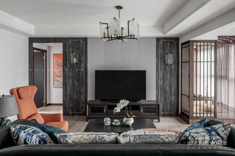 电视墙做了局部改造,运用了中式典型的对称式布局方式,硬包两边深灰色仿岩板饰面镶上金属条边框,格调高雅,造型简朴优美,色彩稳重而成熟。