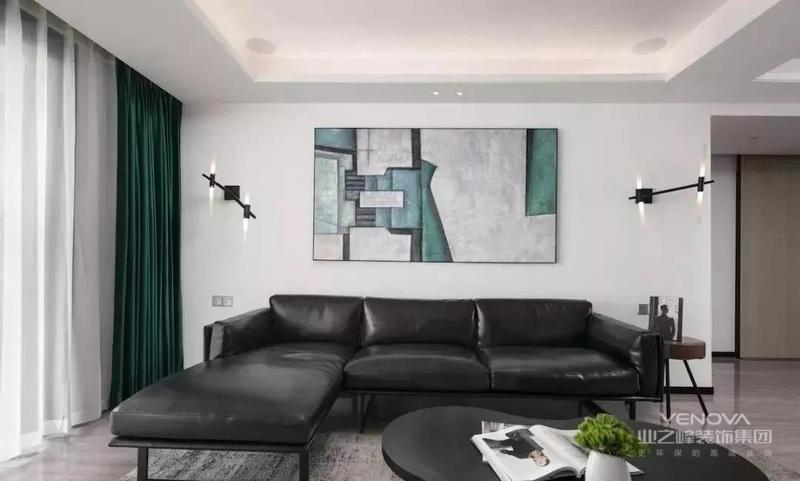客厅,以黑灰为主,色系较为深沉,具有年轻成功人士,所追求的简洁、质感、高品质的家居环境。深绿色窗帘的点缀,成为醒目的一点