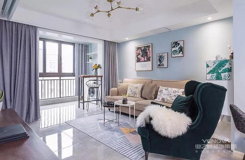 以蓝色为主的北欧风空间中,搭配了沉稳的沙发和单椅,给这个小清新的空间带来了一些大气感。