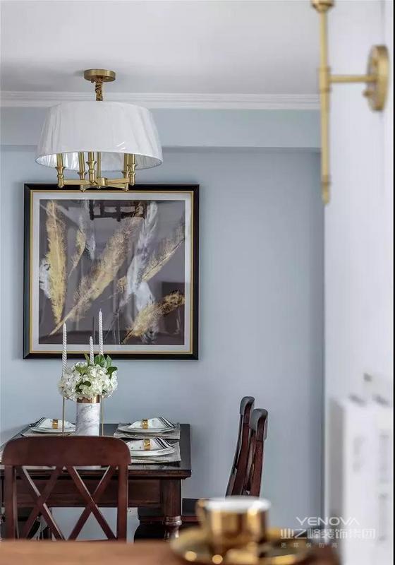 餐厅,餐桌椅延续经典美式的深棕色,靠墙摆放可以留出更为充足的过道空间。