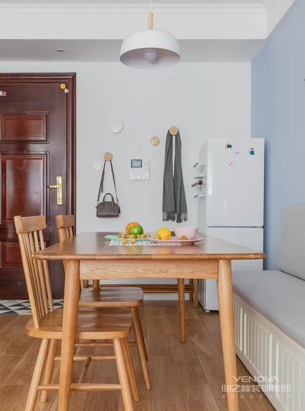 餐厅,冰箱放在换鞋凳旁边的角落里,侧边还安装了置物架,用来放置保鲜袋。