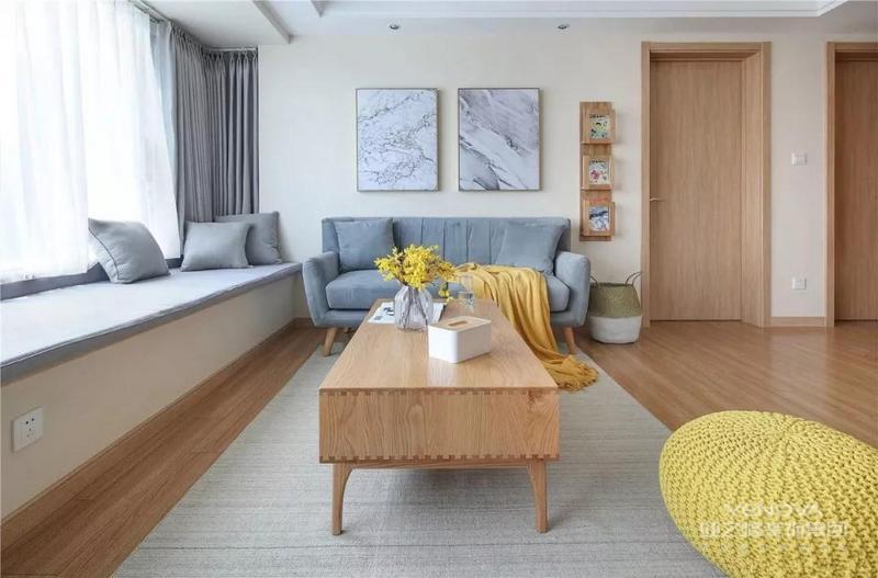 在客餐厅的角落里也摆放了双人座的沙发来作为补充和点缀,墙面创意的搁架和挂画结合起来,搭配原木风的茶几,显得清新而又自然。