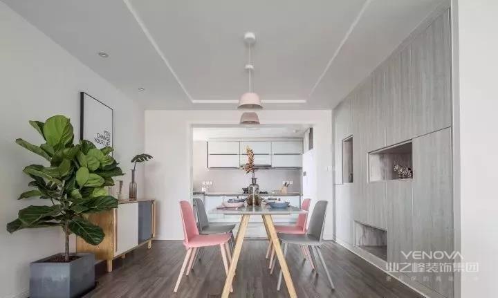 餐厅地面延续木质地板铺贴,嵌入式的壁柜作餐厅背景,部分留空方便置物与展示,另一边的成品餐边柜加以装饰画与绿植的点缀,增添空间的自然美感