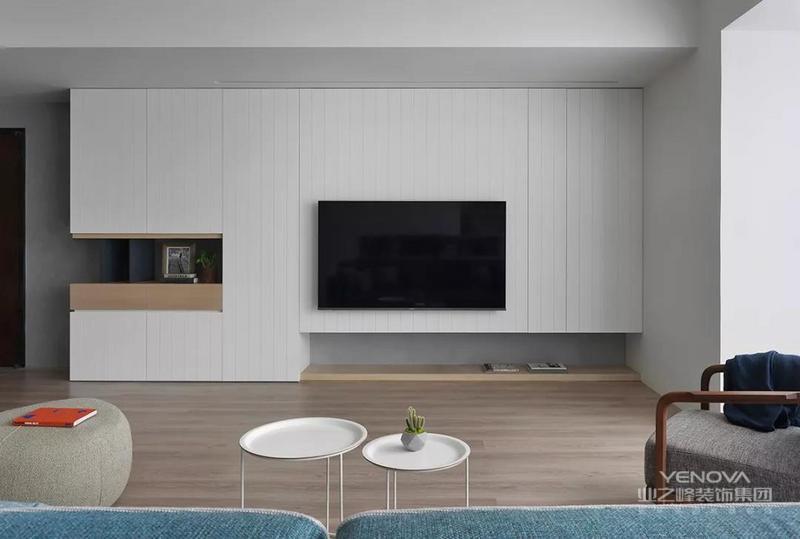 简约时尚的电视墙,墙脚是水泥灰色的,电视柜是一个黑色的悬空式设计,整体设计简洁而又大气。