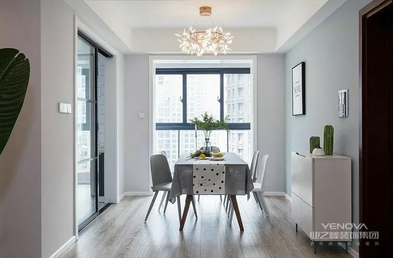 餐厅和客厅是一样的色彩搭配,简单而精致。暗黄色的灯光,让就餐氛围更佳。