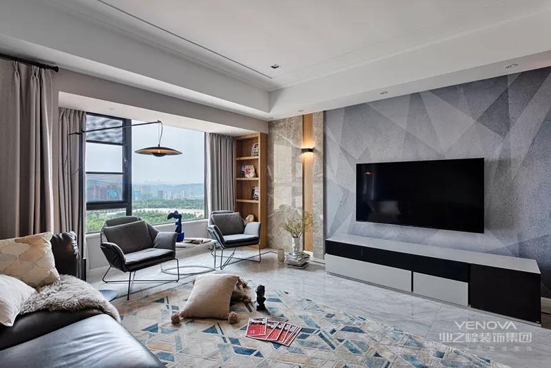 客厅墙面贴着深浅灰的三角图案墙布+两侧木石竖条的造型,中间一个黑白配的电视柜,两侧摆上绿植,显得清新端庄而气质
