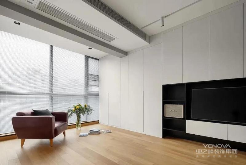 在定制的白色电视柜中嵌入黑色电视机,不仅可以满足观影需求,还形成黑白对比,让空间效果更丰富。