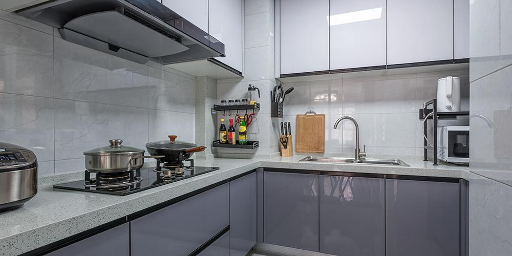 厨房内部干净整洁,井井头条的收纳,壁挂式置物架,方便又节省空间。