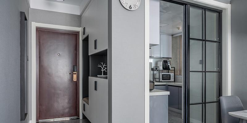 淡灰色的家具,和整体环境很搭配,简约舒适,门灯简单又时尚