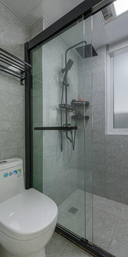 卫生间也是现代简约的设计,一字型淋浴房,简洁宽敞。