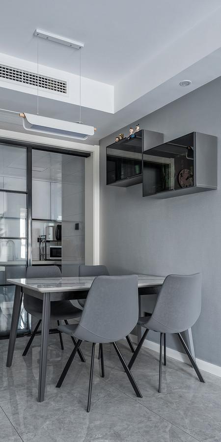 高级灰的餐椅,彰显着主人的气质,低调而精致,吊灯也十分有品味。