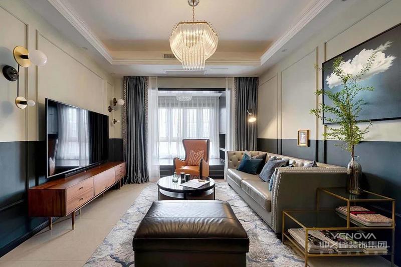 客厅,独特的造型与配色,让空间显得成熟优雅而又高级华丽。墙面都加入了边框造型,并且墙脚深蓝+墙身奶白的拼色设计,也增加了空间的深色与高级感。