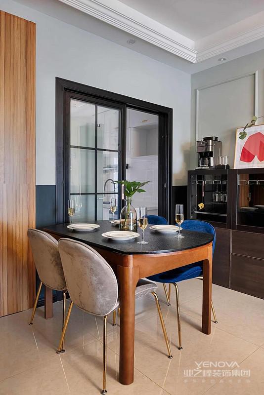 餐厅与厨房之间,装上黑框玻璃推拉门,餐桌也是实木框架+石材台面的组合,搭配轻奢餐椅,更华丽端庄。
