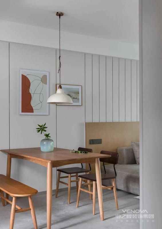 餐厅,选择餐桌椅搭配长凳的组合,更加灵活实用,一盏简约吊灯,自然而温馨