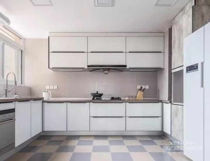 开放式的厨房采用浅色瓷砖搭配烤漆玻璃门片的橱柜,让空间更显简洁宽敞