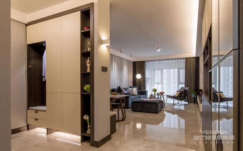 入户的玄关走廊处做上了到顶的鞋柜,鞋柜的底部留空加上藏光,在鞋柜当中还留了开放搁架和换鞋凳的区域