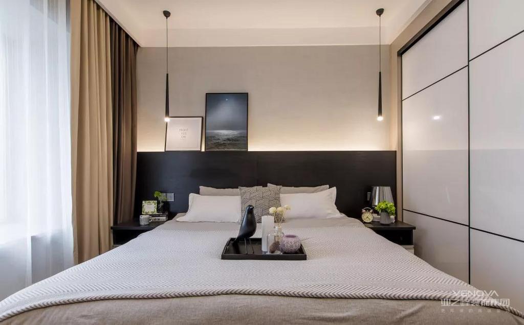 主卧室的床头柜和床头靠背结合在了一起,在后方还加上了藏光的设计,以暖灰色和白色、黑色搭配起来,看起来就很有档次