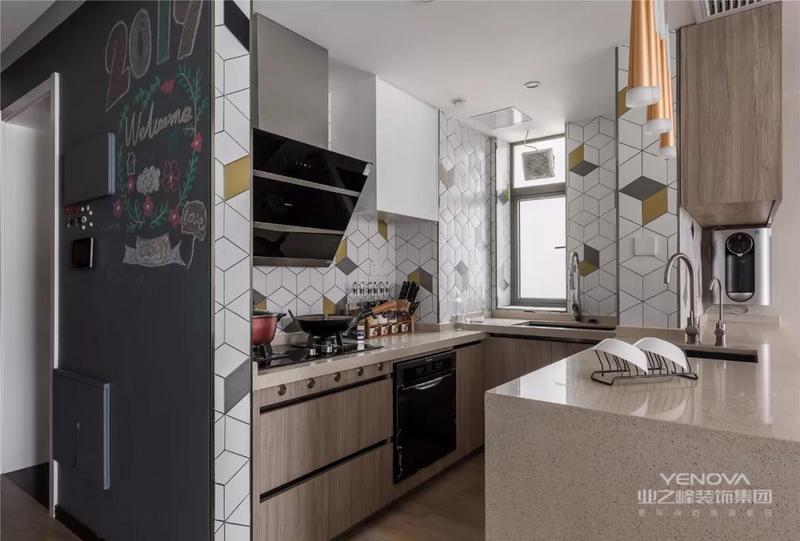 黑板墙的边上就是厨房空间,橱柜做了L形的布局,厨房和餐厅之间用吧台作为隔断,墙面创意的几何瓷砖让厨房看起来更加宽敞