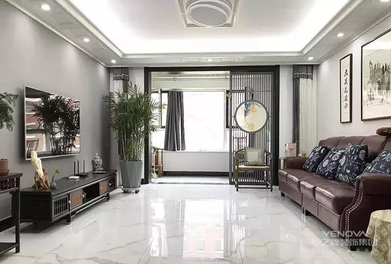 客厅清新雅致,浓厚的书香气铺面而来,客厅与阳台用古香古色的屏风进行隔断,增强空间的通透感。屏风上加以暖色调的圆形挂画进行点缀,中式的传统韵味立马就显现出来了。