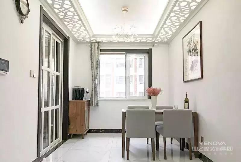 """现代化吊灯+光感十足的吊顶,轻盈通透。简单的餐桌+餐边柜,满足日常使用。墙壁上除了挂画便再无装饰,将中式传统美学中的""""留白""""运用地淋漓尽致。"""