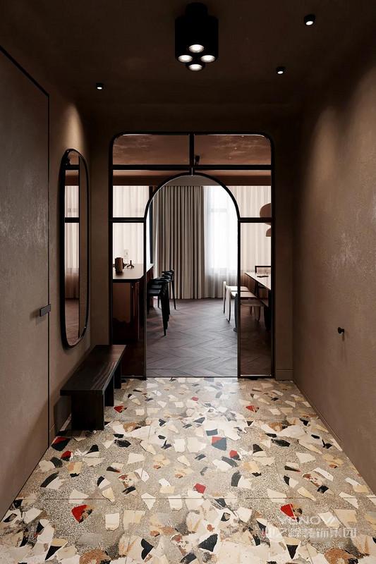 一进门你会发现自己处于过渡区,在这里可以到达客用卫生间(在推拉门后面还有一个公用设施区)。还有一个小衣柜,隐藏在简洁的衣柜门后面,门的后面有一条通道,通往卧室、主浴室和主衣柜。
