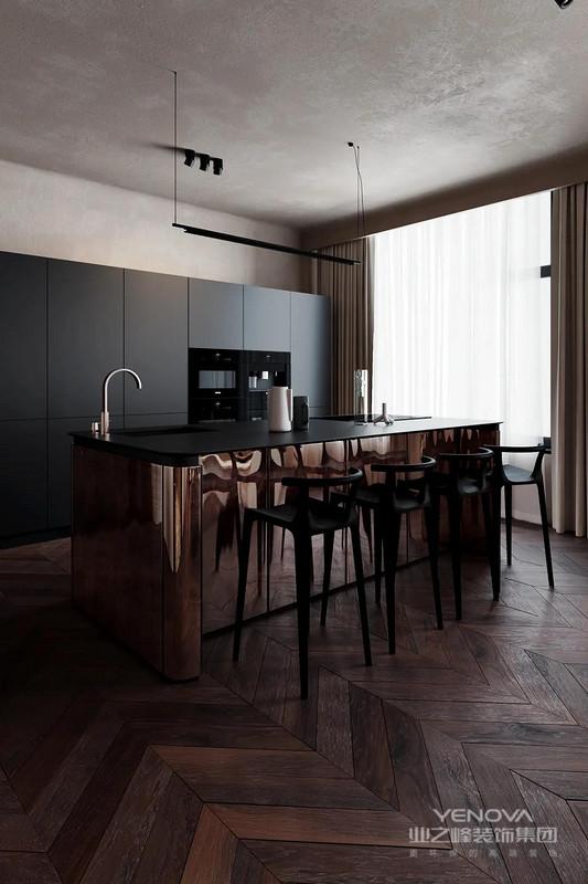 厨房一个古铜色的岛台非常特别,包括一个吧台和一个烹饪区,其光滑的铜包层(氧化氮化钛)是厨房的主要特色之一。设计师遵循传统,将不必要的元素隐藏在外立面后面,这样在餐桌上或起居室的沙发上,你就不会感觉坐在厨房里。