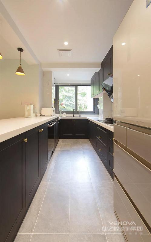 黑色定制柜有着高冷的贵气 搭配白色台面与大理石 纹背景特别有质感