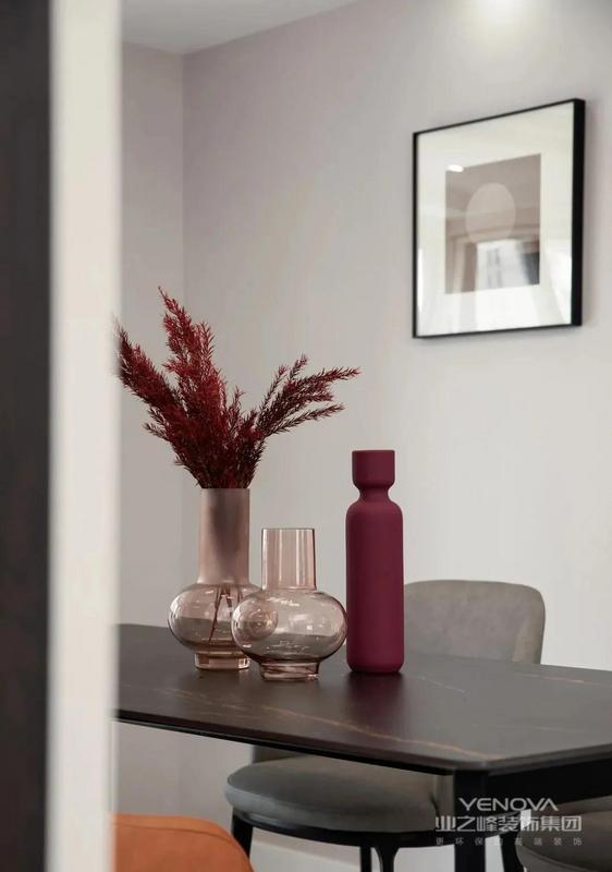 餐厅,简约浅薄的餐桌搭配现代简约的餐椅,黑灰色的基调中搭配橘色餐椅与玫瑰金的轻奢吊灯,将后阳台收纳做西厨吧台空间