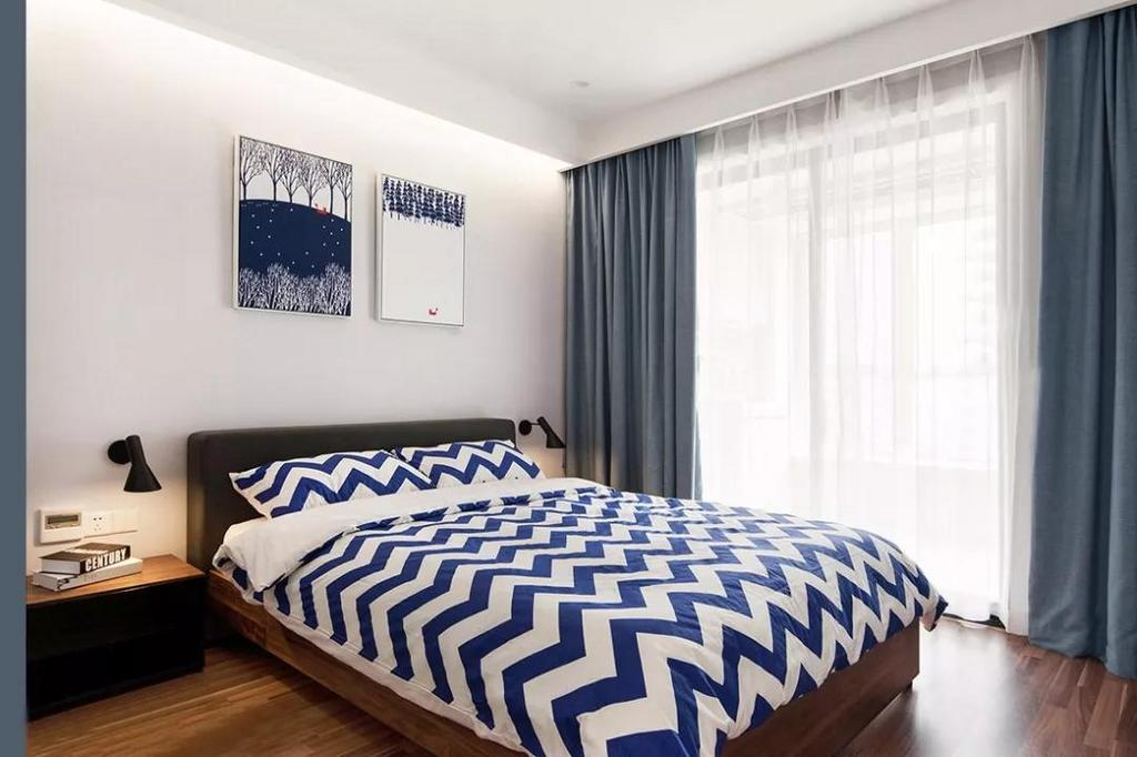 次卧以白色和蓝色为主要色调,简洁明亮,没有过繁的设计。