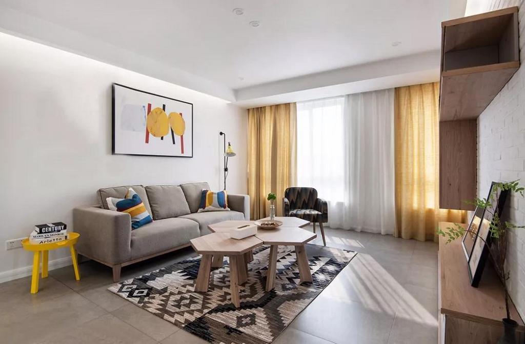客厅以原木色与黄白两色搭配为主,装饰的空间色彩相对亮丽,不会觉得压抑沉闷。