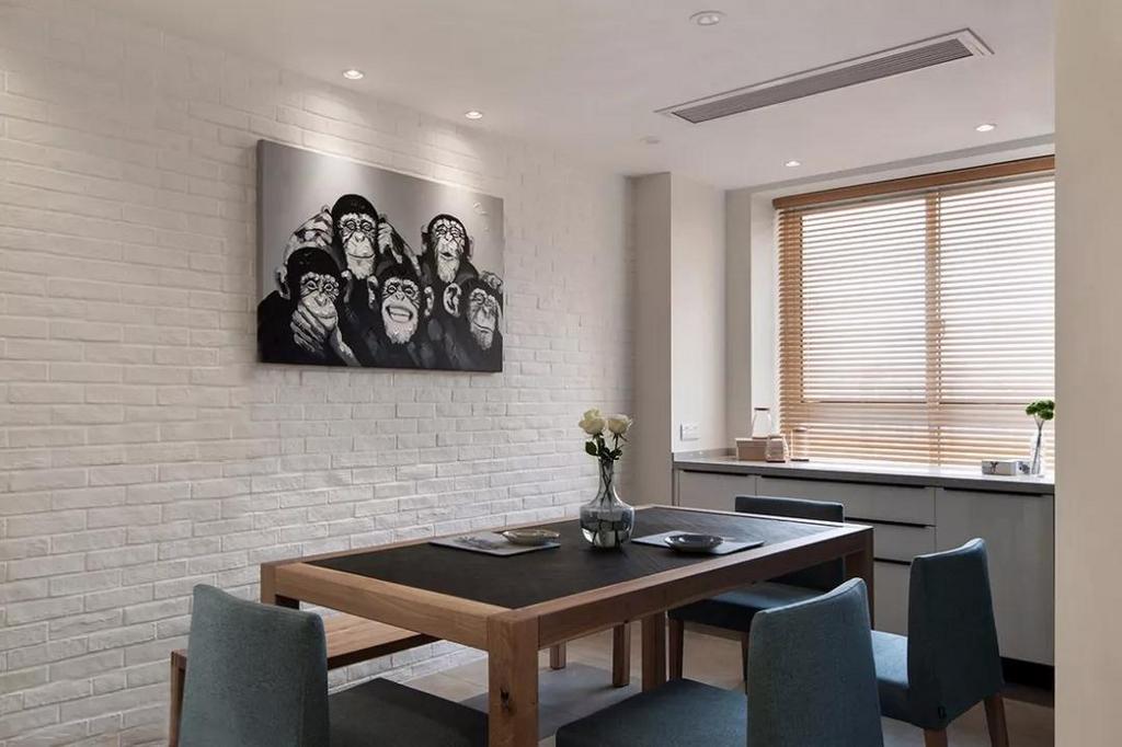 餐厅的墙壁与客厅电视墙相辉映,体现整体的统一。生动活泼的墙画营造轻松愉悦的用餐氛围。