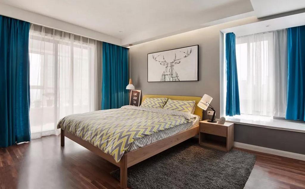 主卧同样采用了灰色系墙面,低调有质感,搭配柔和的黄色床品,营造温馨的睡眠空间。