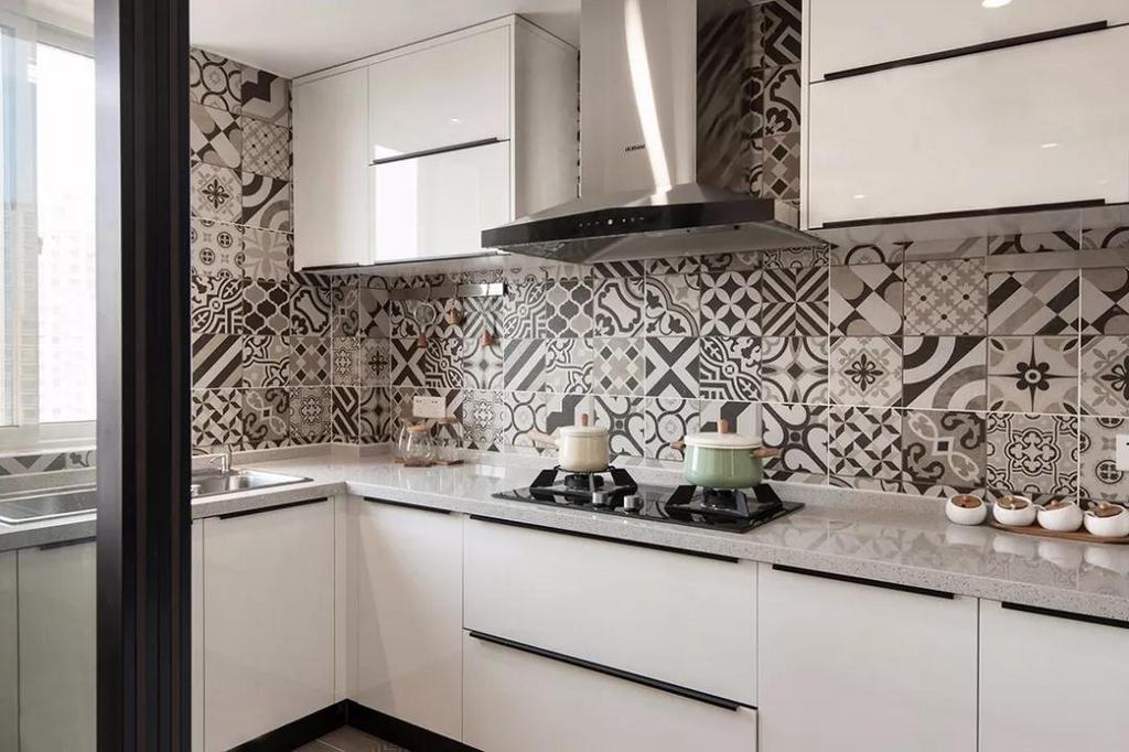 厨房采用了玻璃推拉门,既节省空间,又增强了通透性。