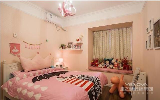 次卧满满的少女粉,因为房间的主人是一个五岁的小女孩,所以在设计时采用的都是小公主们钟爱的粉红色,粉红色的墙纸,床品,灯具正好搭配粉红色的少女心