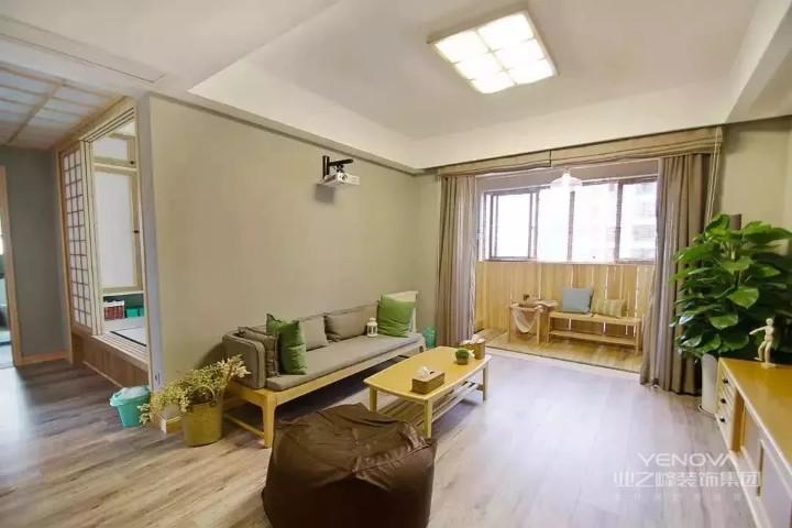 客厅以木色和灰色为整体基调,整个空间给人的感觉就是温馨舒适。