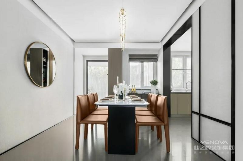 餐厅区域,简洁又亮堂,空间的采光极佳。橙色餐椅的点缀,会让用餐区域多一分温馨感及烟火气息。