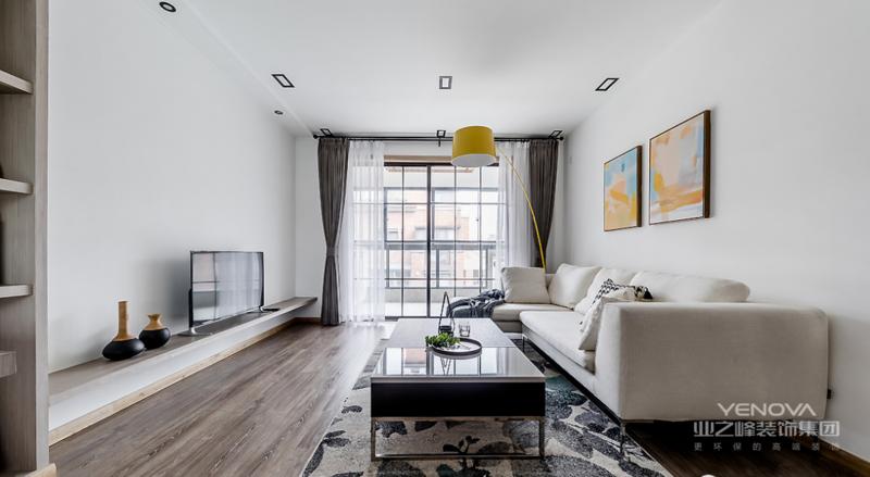 客厅干净素雅,纯白空间搭配原木地板,自然又温和。玻璃移门使整个空间更加通透明亮,带来极佳的采光性。