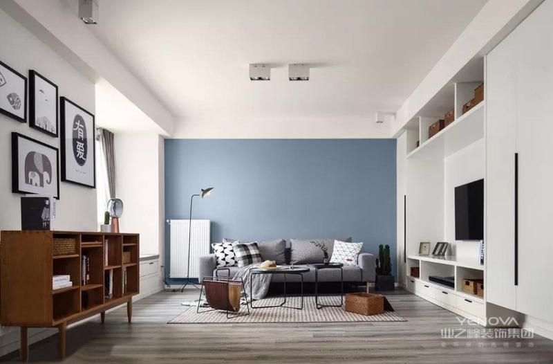 沙发墙希望把自己区别开来,那么必须是深色的,因为空间已经存在大量的浅色,这个灰中式含蓝的,所以足够优雅,特别是这种颜色和实木家具颜色的协调与生俱来