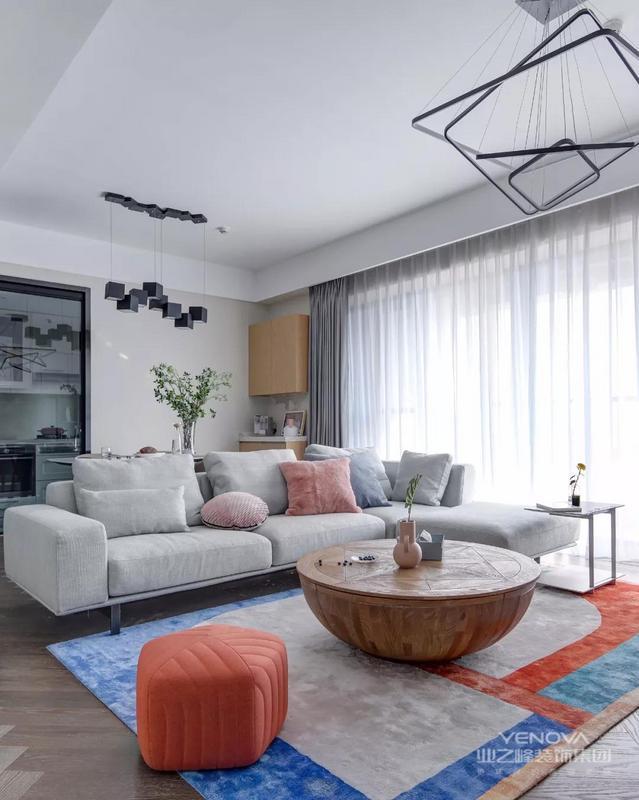 电视墙以定制柜作为主体,左侧加入了几个黑色的开放格架,摆上雅致的装饰品,让空间显得现代优雅而大气。