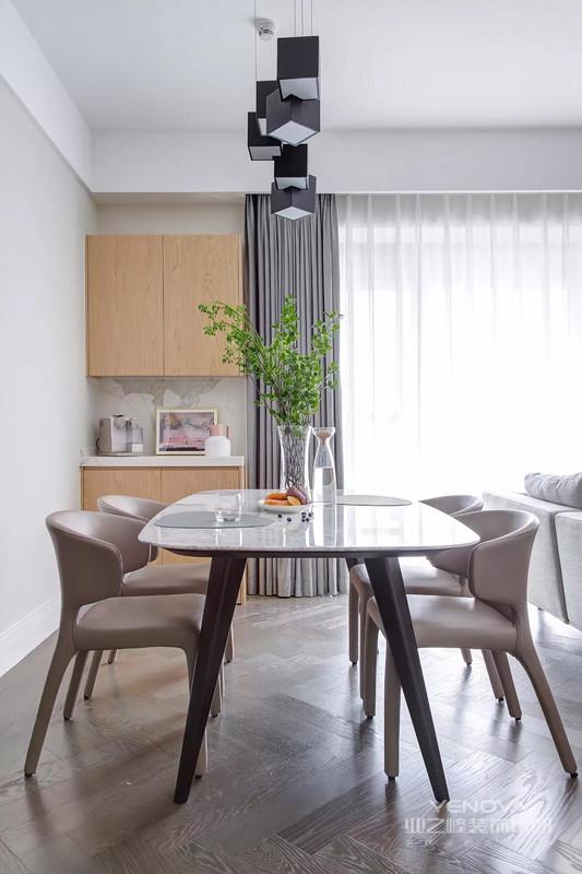 餐厅与客厅横厅的格局,餐桌就布置在沙发后方,整体空间宽敞而舒适。