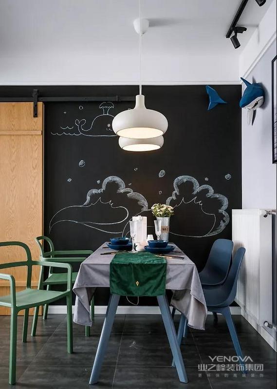 餐厅背景墙的海洋简笔画,翻涌的波浪,可爱的海豚,每一顿用餐都仿佛置身于威尼斯的水上小船。