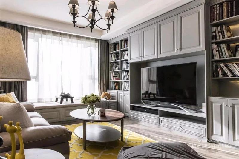 整个客厅的收纳空间非常充足,电视背景墙的空间全部用上之外,还利用靠窗的位置做了一排飘窗柜,各种收纳空间的分类设计也方便存放不同的物品。