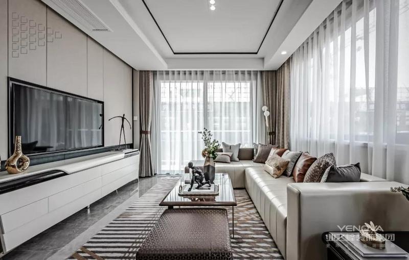 整体在现代优雅的空间基础,搭配上华丽舒适的软装布置,营造出一种轻奢高档的空间气质。