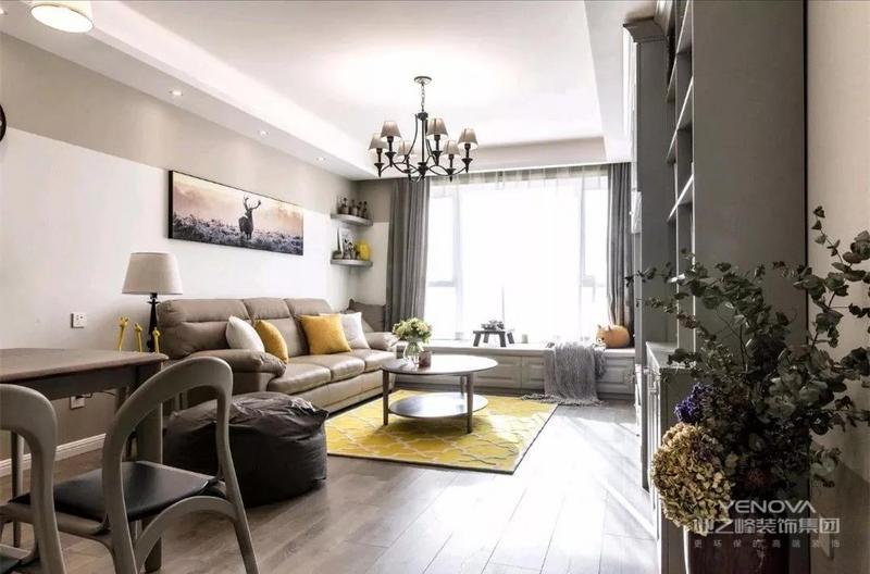 餐厅的边上就是客厅,浅咖色的沙发和背景墙相互呼应,用黄色的地台和抱枕来点缀整个客厅空间。