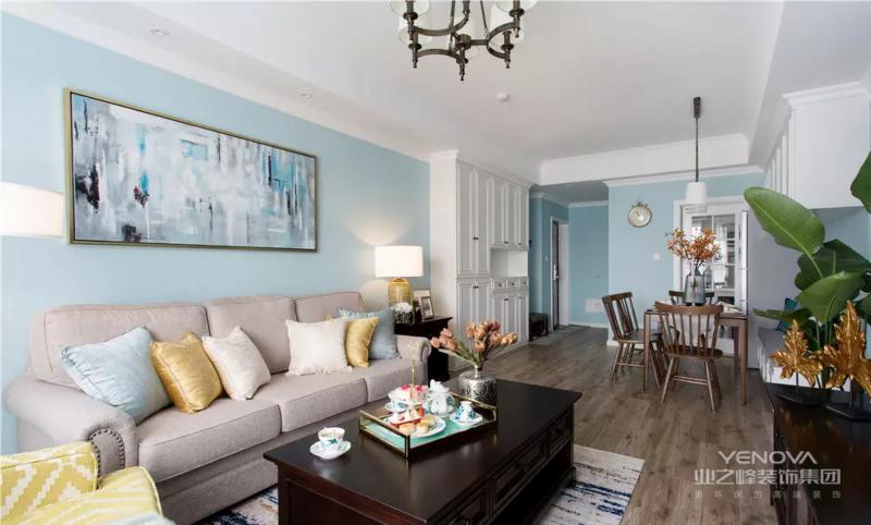 客厅看向餐厅,地毯的斑驳纹理与墙面装饰画相互呼应,整体空间的深浅色调搭配提升质感。