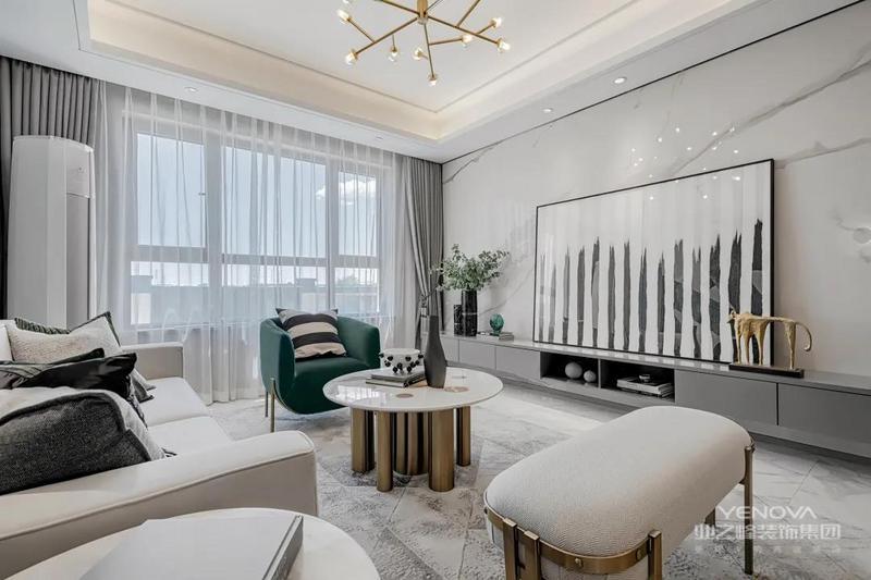 客厅是不带阳台的空间,客厅电视墙以雅白的大理石为背景,布置灰色的电视柜