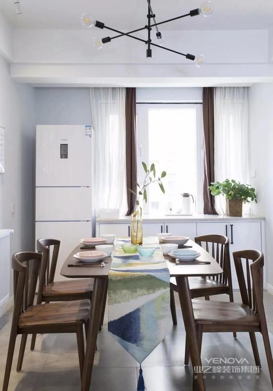 餐厅整体硬装设计延续客厅的格调,窗边矮柜+冰箱的组合,很好的分担了厨房一部分的功能